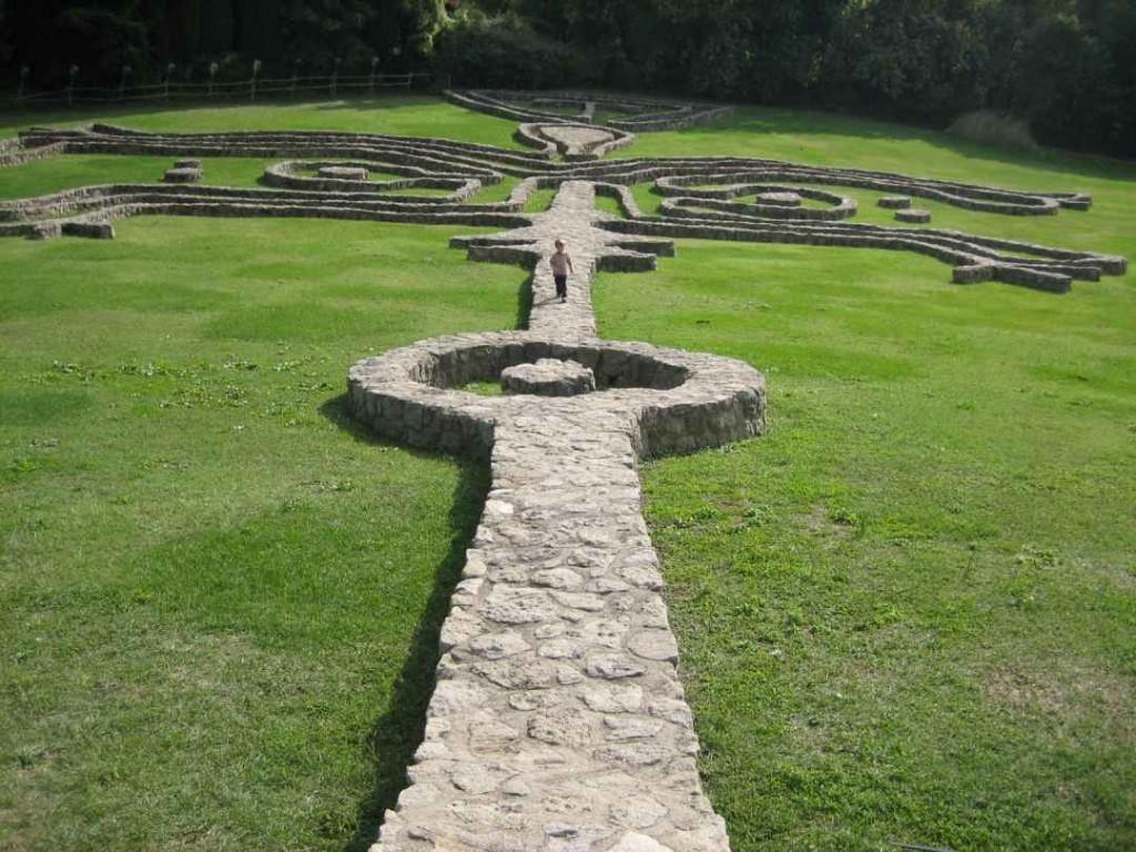 Skulpturenpark-Daniel Spoerri-Labyrinthischer Mauerweg